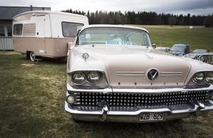 Kent Blomkvists rosa Buick med matchande husvagn.