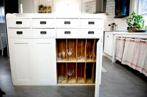Köket är en salig blandning av gamla och nya föremål. Skåpet från järnaffären har blivit en bra förvaringsmöbel.