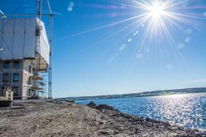 Precis som med Genovaprojektet alldeles bredvid på Storsjöstrand, kommer trähuskonstruktionerna ligga ett par metspön från Storsjöns strand.