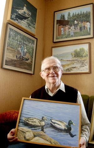 Fångar bilder. Han är målaren som fattade penslarna även på fritiden. Rolf Pettersson har sedan barnsben tyckt om att uttrycka sig i bilder och nu ställer han ut sina oljemålningar i Hällefors biblioteks konsthall. BILD: BIRGITTA SKOGLUND