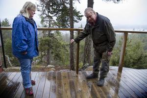 Ett kamouflagetält som fungerar som skydd vid det branta stupet har stulits. Rose-Marie Herrmann och Tomas Skogstjärn visar.