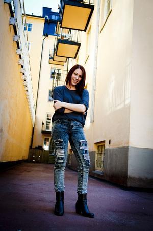 Therés Stephansdotter Björk tyckte att det saknades en barnbok i hårdrocksmiljö och skrev Jacks rockiga resa, som utspelar sig bland rockers i Metallien.