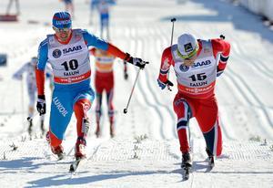 Maxim Vylegzjanin (tv) är inte avstängd av Fis och kan därför delta i alla tävlingar förutom OS. Foto: Anders Wiklund.