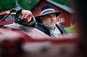 Alf Andersson har traktorer både på t-shirten, i handen, i huvudet och i blicken.