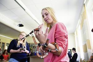 Malin Larsson läser naturbruksprogrammets djurvårdsinriktning. Här med mjölksnoken Loka på armen.