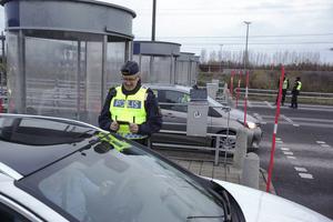 Polis och tull kontrollerar bilar som kommer över bron från Danmark.