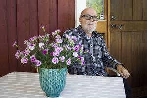 Tankeverksamheten är ofta i full gång hos Kjell Jakobsson, men han är klok nog att även ha stunder av total avkoppling. Då kan han till exempel sitta på altanen och titta efter fåglar.
