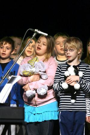 Med de egna favoritnallarna i famnen sjunger 3-4:orna om Teddybjörnen Fredriksson.