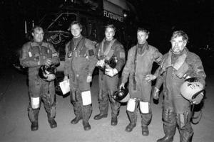 Besättningen efter räddningsuppdraget: Kapten och pilot Lage Bäckström, navigatör Thomas Dellham, Johan Steene, ytbärgare, Bernt Andersson och Göran Lövqvist, färdmekaniker och vinschoperatör.