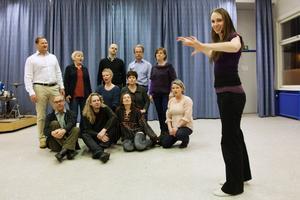 Roslagens Vokalensemble uppträder med programmet Speglingar i Elimkapellet på lördag under ledning av Emma Anstey (längst till höger).