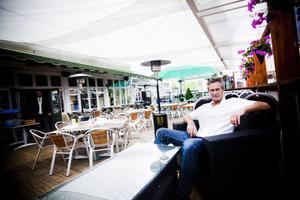 Håkan Carblom har drivit Järnvägshotellet i 19 år, han driver också Golfrestaurangen i Ljusdal, samt krogen på Öjeberget i Järvsö.