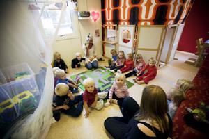 """Trångt.  Många dagis- och skollokaler i Sandviken är risiga. I Jäderfors har förskolan Backastugan legat i provisoriska lokaler i mer än tio år. """"Det är slitet och trångt, men vi försöker att vara ute så mycket som möjligt"""", säger förskolläraren Wivianne Hahne. När Arbetarbladet hälsar på är det samling inne i stora rummet, som också fungerar som lekrum och matrum."""