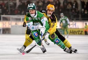 Jesper Hvornum, här i duell med Hammarbys David Pizzoni Elfving, gör sin andra sväng i Vetlanda BK. Bilden är tagen i januari 2014. Foto: Fredrik Sandberg / TT