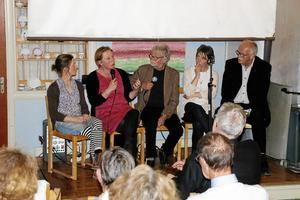Debatt. Konstnärerna Marie B Ekström och Annette Alsiö, moderatorn Martin Dyfverman, och riksdagsledamöterna Matilda Ernkrans (S) och Lars Axel Nordell (KD) debatterade konstens villkor på Närkesbergs filmfestival. Foto: Katarina Hanslep