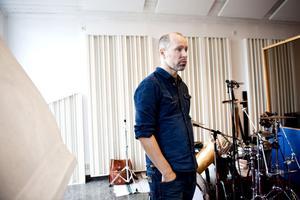 Martin von Schmalensee har jobbat med musik i många år både som musiker och producent för bland annat Kent och som ljudtekniker. Nu producerar han folkmusikinspelningar i sin egen studio i Hol.