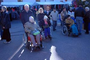 På förmiddagen besökte pensionärer från Åskarbygården marknaden ihop med anhöriga och personal. Från vänster Tage Jansson med hustru Anna-Greta, därefter Jezidina Merhanovic med Elin Larsson, Johanna Sundqvist med Olle Elmersiöö och Mona Söderberg med Elsa Wolander.