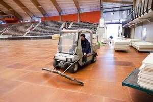 Mats Hedberg kör elbilen med golvmoppar - hans egen konstruktion - över det 7 500 kvadratmeter stora golvet.