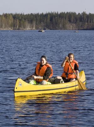 Emma Eriksson Sundberg och Margret Westling på väg till land efter kanotorienteringen.