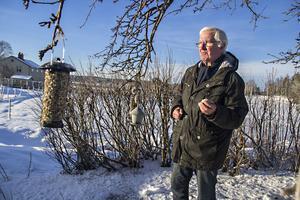 Åke Kvick observerar fågellivet som ett sätt att hålla koll på vilka arter det blir fler eller färre av.