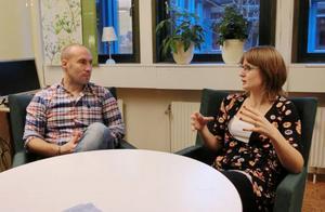 Efter en lektion ska det finnas tid för återkoppling tillsammans med coachen. Anna Berg som är lärare på Vallaskolan jobbar med coachen Peter Bäckman.