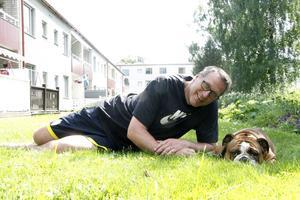 Anders Markström med Tims hund Zlatan