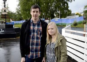 Björn Nygren och Emma Omberg skrämdes inte bort av det dåliga vädret. Den trevliga stämningen på Krogstråket vägde tyngre för dem.