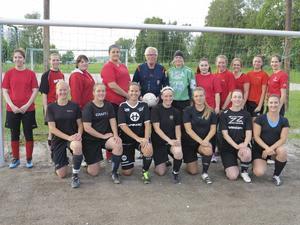Korpfotbollskväll på Vikingavallen mellan lagen MG i svarta tröjor och Top Notch i röda tröjor. Domare Anders Rönquist i mitten.