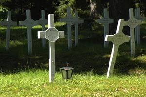 Kors. De flesta gravarna har inga kors. Det är människor som begravdes i ensamhet och glömska. Foto:Berndt Norberg