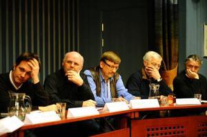 Dålig kommunikation mellan politiker och representanter från samerna var en fråga som diskuterades vid debatten. En fråga som besvärar både de politiska leden och samernas representanter. På bild syns Mattias Molin (V), Klas Hallman (C), Lars Olof Eliasson (KD), Lars Hermansson (SD) och P G Idivuom (SSR).