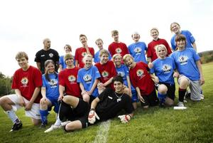 Med intresset i fokus. 17 tjejer och killar har nappat på Svenska kyrkans färska idé om en specifik fotbollskonfirmation. De flesta spelar i något av Borlänges flera lag, men för fyra stycken i gänget är fotboll ett nytt intresse.