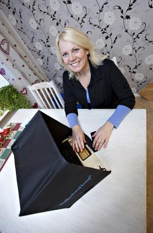 """""""Med den här kan man kombinera arbete på datorn med att sitta ute och njuta av solen"""", säger Monica Balkefors om sin uppfinning Balkeforshood – datoruhuvan som sätts på över datorn och som skyddar från insyn och sol."""