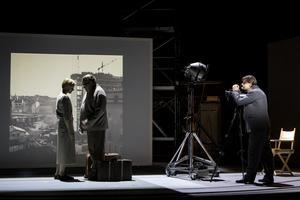 Skådespelarna Kirsti Stubø, Leif Andrée och Peter Viitanen spelar upp en scen ur Våra drömmars stad. Foto: Bengt Wanselius