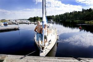 TANKAT. Stockholmarna Mårten och Monica Frimanzon är den enda båtgästerna på plats under fredags förmiddagen.  De har tankat och handlat mat, nu lockar havet.