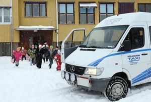 Reglerna för skolskjutsr avgörs från kommun till kommun. Här på bilden är det eleverna i Laxviken som ska åka till badet, något som LT berättade om förra året.