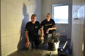 Göran Lindström och Ulf Hasselblad håller på att göra ett nytt badrum i en villa i Söråker. Med deras nanomedel blir badrummet sedan enklare att hålla rent, menar de.