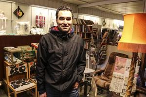 Mahmoud Alkwas är på second hand butik och letar begagnade möbler till sin stuga i Lillhärdal.