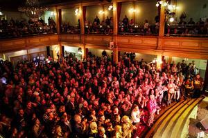 Under kvällen fylldes Gamla teaterns salsgolv till bredden. Alla ville se och komma nära Doug Seegers.