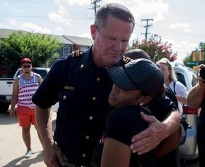 Polisman W. C. Humphrey och medborgarrättsaktivist Kristen Duncan förenas i sorg efter attacken på polis i Dallas. (Ting Shen/The Dallas Morning News via AP)