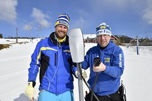 Idre Fjälls VD John Lundmark och elektrikern Håkan Olsson med en laddstation som nu ska placeras ut vid skidstadion.
