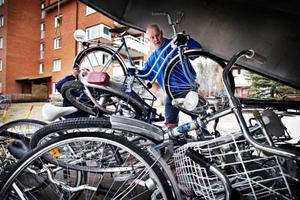 Lars-Olov Salomonsson till vänster och Lars Hallberg lastade igår ägarlösa cyklar i Torvalla. Till sommaren ska de vara fullt cykelbara igen.