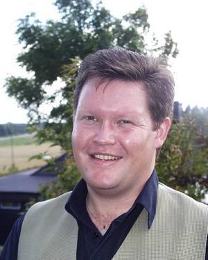 Tenoren från Skärplinge. Fredrik de Jounge firar hemkomsten med konsert i Leufstabruk.