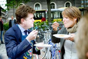 ISA:s ambassadör Matthew Barzun och Gävles kommunalråd Carina Blank mumsar på amerikanska pannkakor.