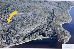 På Krokviksberget på södra Alnö, öster om Bänkåsviken, ligger de 22 lediga tomterna. Nere vid vattnet har Henrik Zetterberg sitt hus.