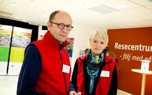 Per Grundström och Martina Holm arbetar vid Falu kommun och är några av de som informerar kring resecentrum. Foto: Sofie Lind