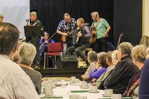 Ett 20-tal musikanter från runt om i Hälsingland slöt upp på scenen.