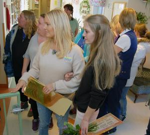 Anna Liljeberg var helt skakig efter besked om vinster på 200 000 i väntan på flera överraskningar. Magdalena Graf tog Anna under armen som ett stöd.