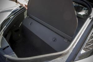 Två mindre kabinväskor får plats i bagaget bakom bensinmotorn. Det går också att stuva en bagage i det lilla baksätet.