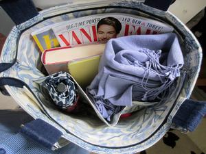 Mitt handbagage med plats för livsnödvändigheter som datorplatta, sjal, paraply och tidningar. Går att stänga med blixtlås.