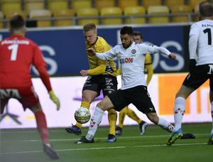 Elfsborgs Per Frick i kamp med Brendan Hines-Ike i mötet på Borås arena.