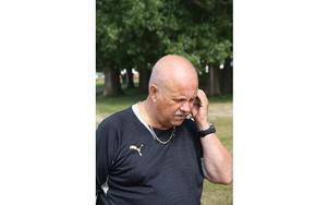 Telefonen ringer i ett och Björn Evaldsson informerar om vad som gäller för laget som är på väg till Borlänge.FOTO: PER EKLUND